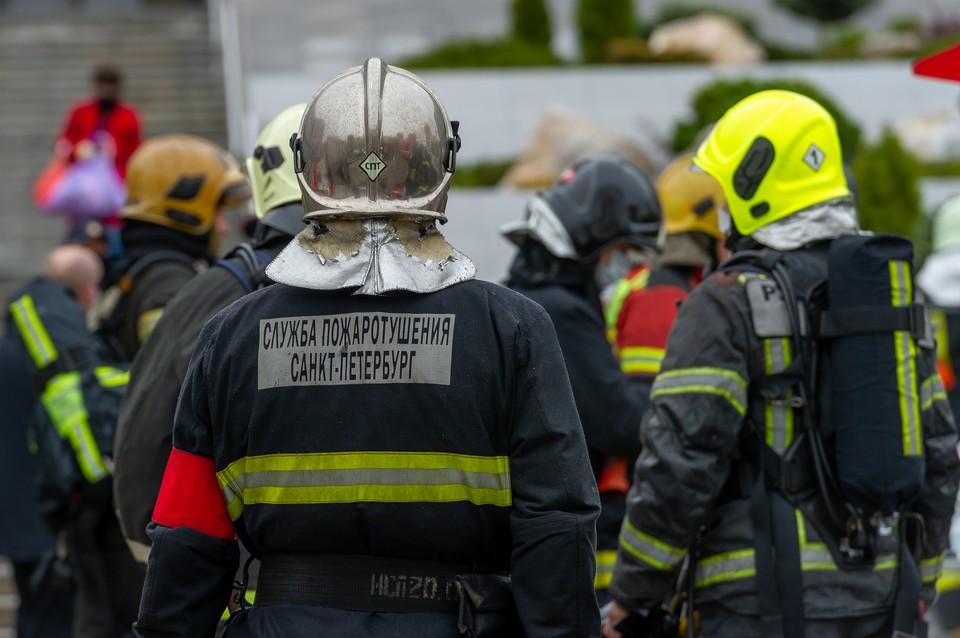 Две машины обгорели на Васильевском острове в ночь на 9 сентября