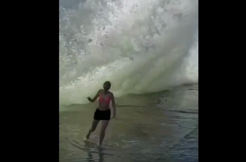 Отдыхающие в солнечной Ялте решили поплескаться под трехметровыми волнами. Скриншот из видео