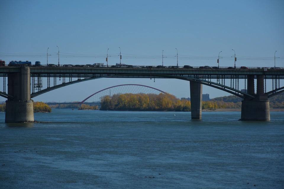 В Оби сильно снизился уровень воды — река ощутимо обмелела.
