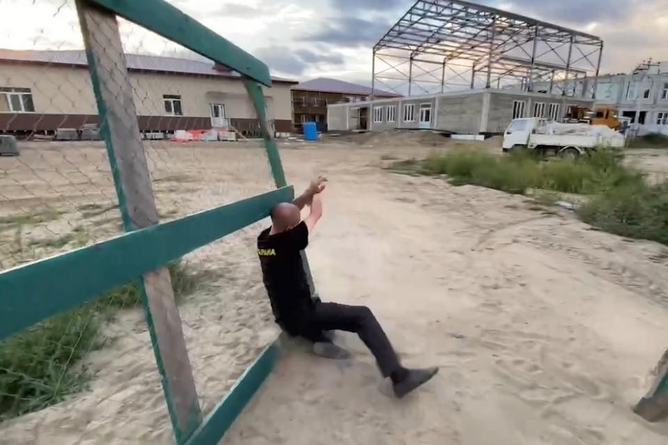 Момент падения охранника, который открывал ворота губернатору Приморья