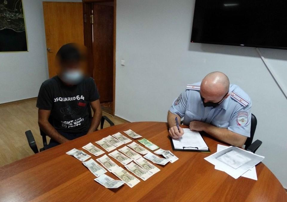Двое парней незаконно взимали по 200 рублей за парковку у Ласточкина гнезда. Фото: пресс-служба МВД по РК