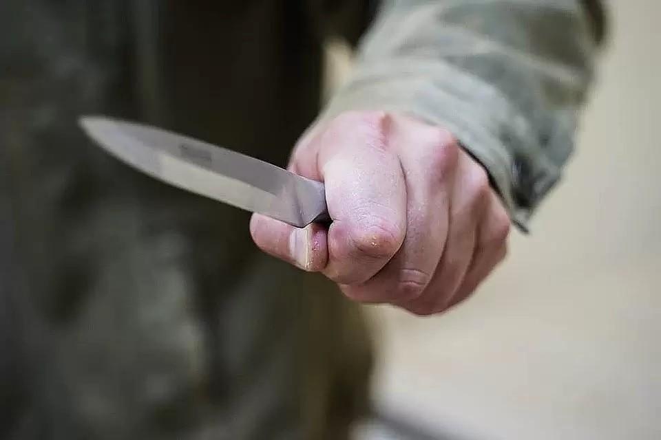 Мужчина несколько раз ударил подругу ножом.