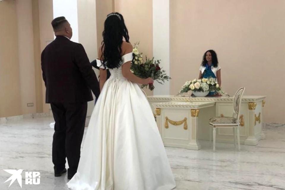В день открытия Дворца бракосочетания там расписались три пары.