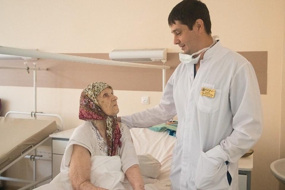 Хирург красноярской больницы поставил на ноги пациенток в возрасте 95 и 99 лет. Фото: БСМП