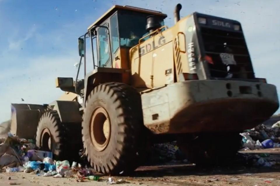 Сегодня в России образуется более 60 миллионов тонн твердых коммунальных отходов, 93% из них отправляется на полигоны или на нелегальные свалки. Фото: кадр видео.