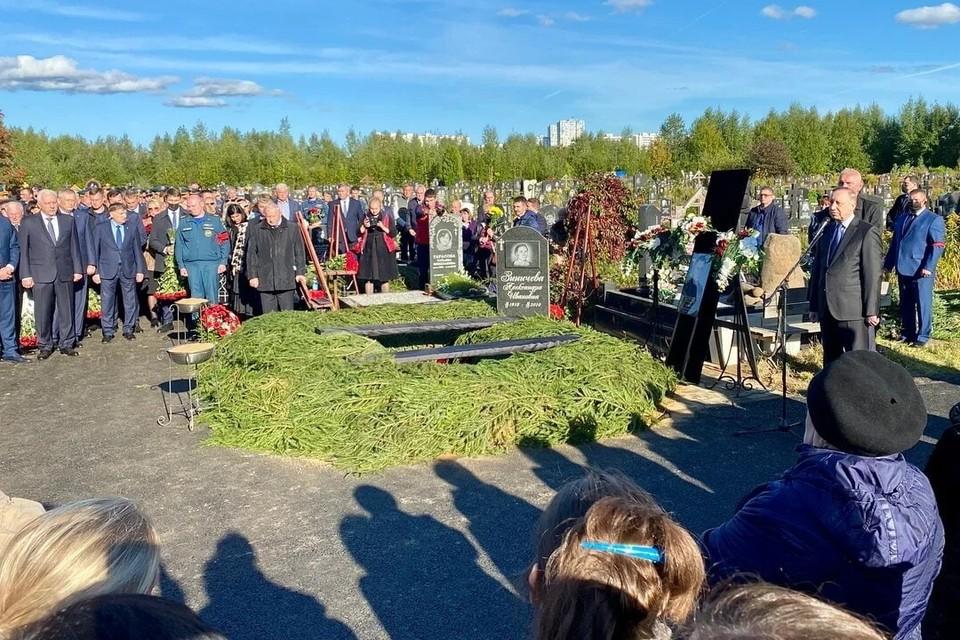 Пресс-служба администрации Петербурга показала фото с места похорон главы МЧС Евгения Зиничева. Фото: Смольный