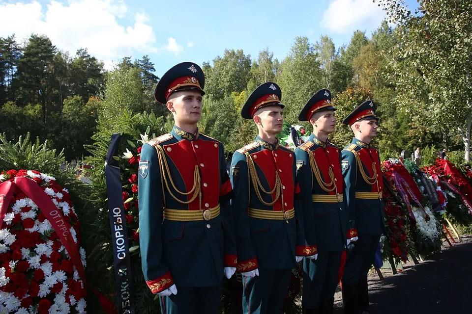 На летном поле аэропорта Пулково траурный борт встречали официальные лица и рота почетного караула Санкт-Петербургского университета МЧС России