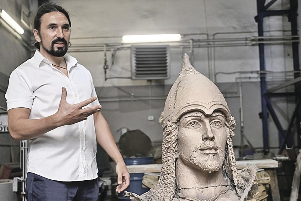 Скульптор Виталий Шанов во время работы над композицией.