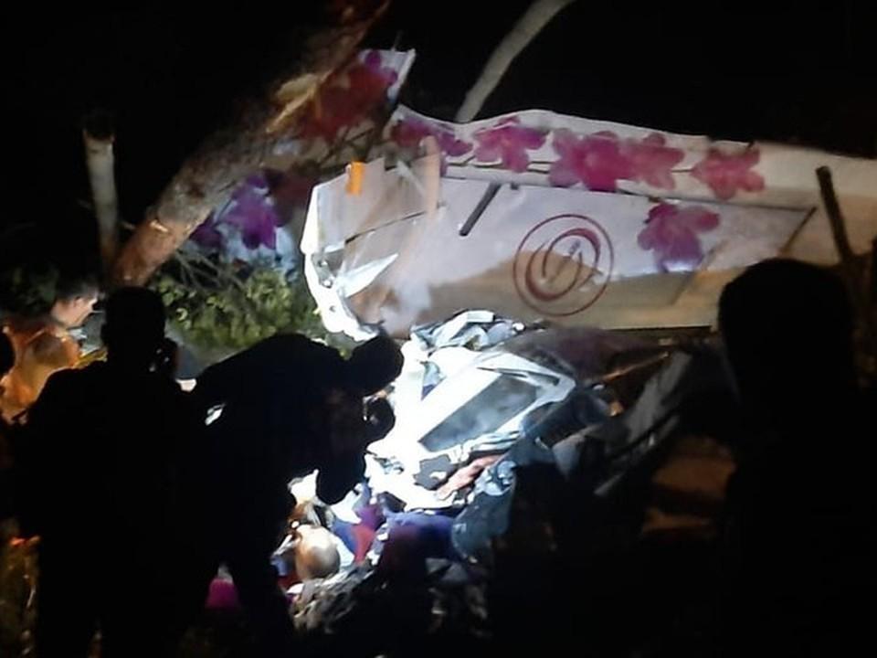 Спасатели несколько часов вытаскивали выживших из самолета. Фото: МЧС России