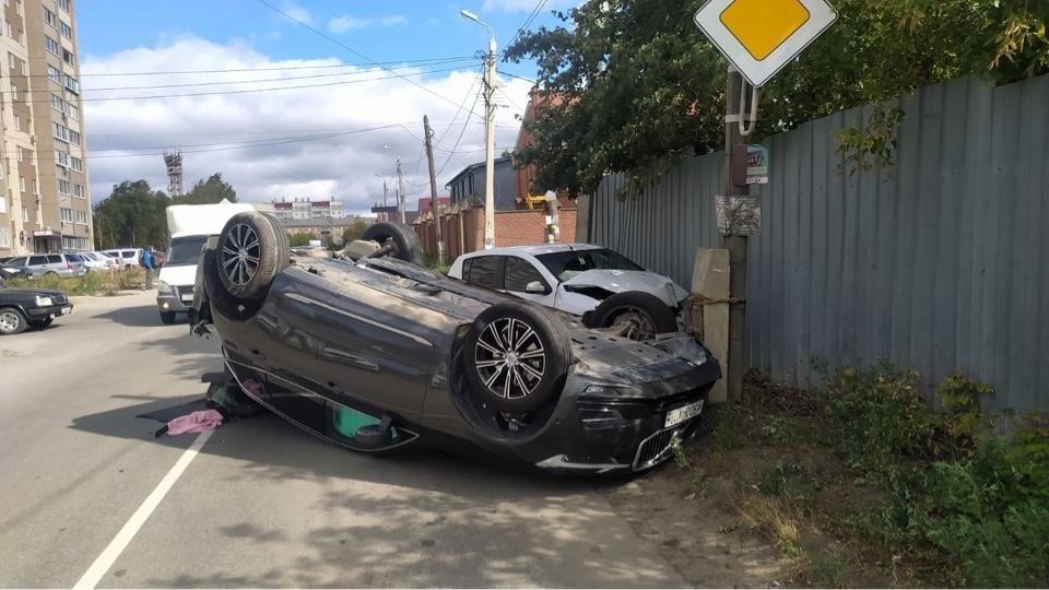 Одна из машин перевернулась, вторая врезалась в забор. Фото: ГИБДД Челябинска