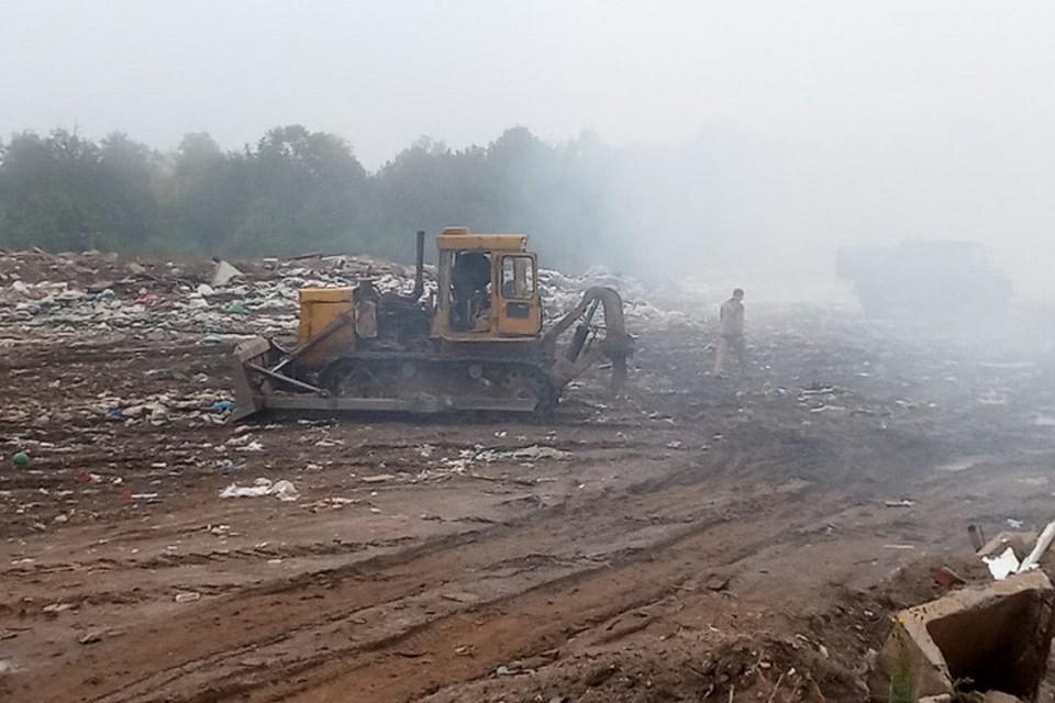 Открытое горение ликвидировано. Остается сильное задымление из-за глубинного тления мусора. Фото: gkchs.cap.ru