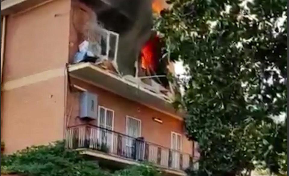 Взрыв прогремел на одном из верхних этажей здания, после чего произошло возгорание / Фото: скриншот из видео