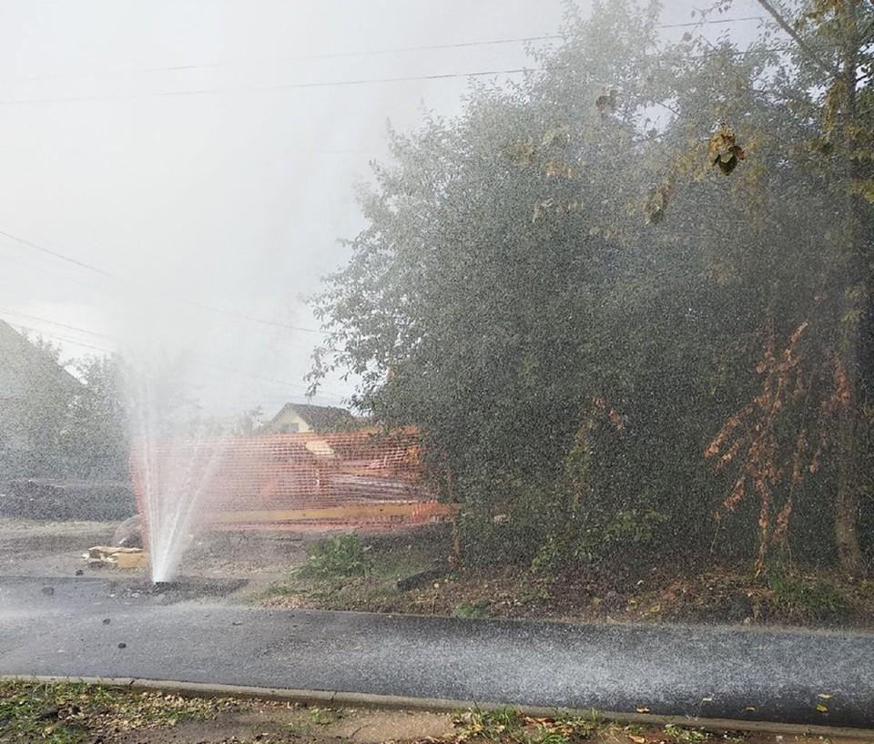 В Пролетарском округе Тулы открылся осенний «сезон фонтанов»: коммунальная авария в районе облбольницы