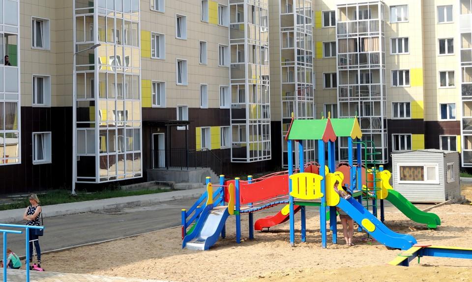 В Томской области власти решили расселить все аварийное жилье, жители бараков переселяются в новые дома