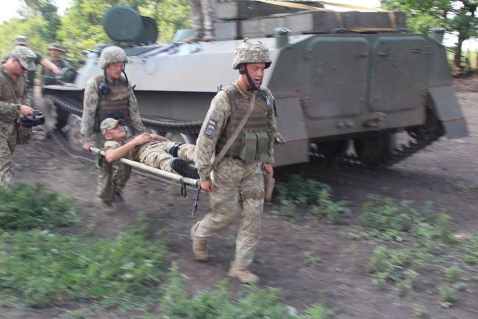 Один из силовиков скончался по дороге в госпиталь. Фото: Пресс-центр штаба «ООС»