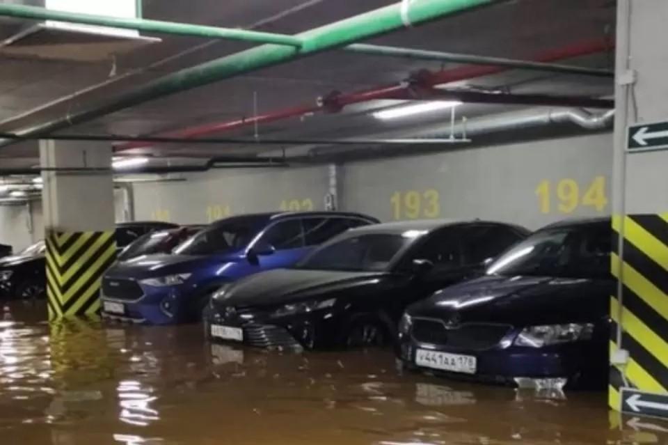 """УК и """"Водоканал"""" поспорили, кто виноват в прорыве трубы в подземном паркинге на Заневском. Фото: """"Мегаполис"""""""
