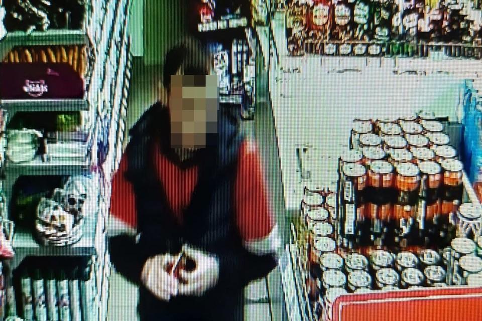 Мужчина попал на камеры видеонаблюдения в магазине. Фото: предоставлено Екатериной