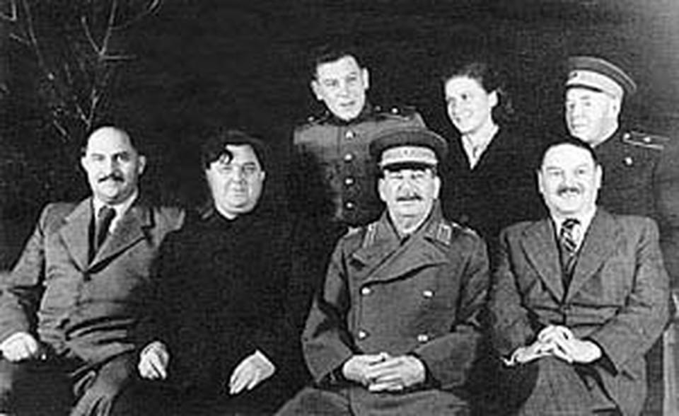 Слева направо в нижнем ряду: Л. М. Каганович, Г. М. Маленков, И. В. Сталин, Н. М. Шверник. В верхнем ряду: Василий и Светлана Сталины, А. Н. Поскребышев. Дача «Кореиз» в Крыму, 1947 г. Снимок из архива. Публикуется впервые.