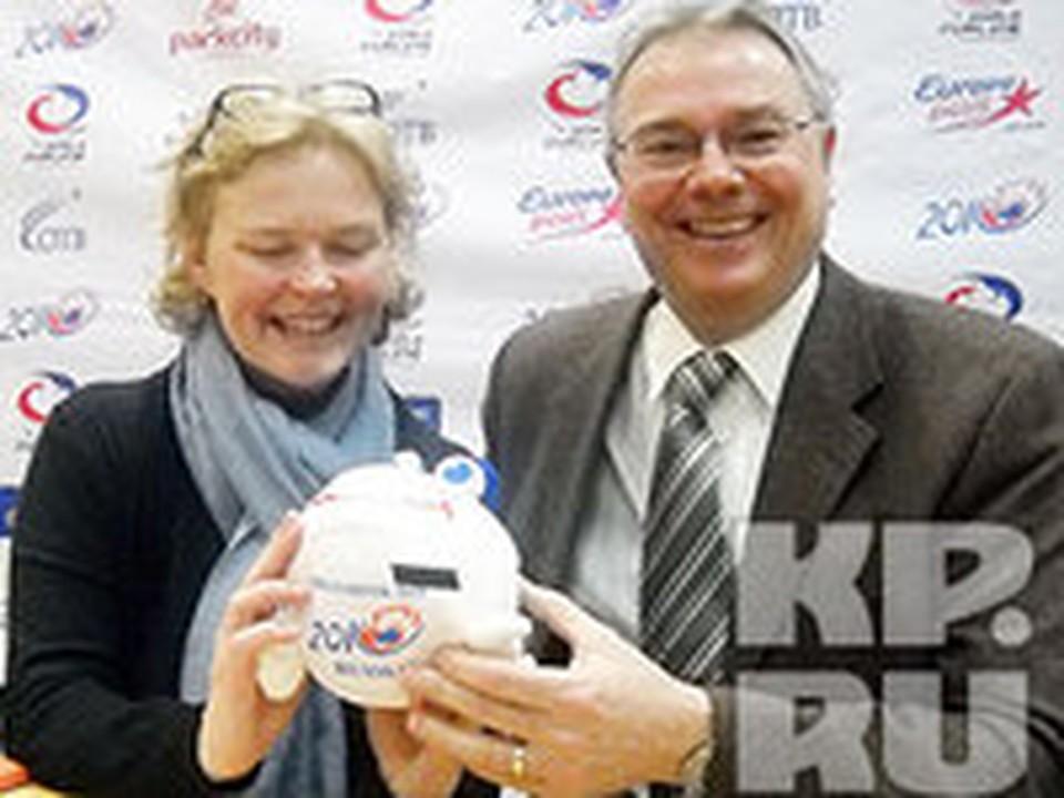 Директор по проведению соревнований Всемирной федерации керлинга, чемпион мира и Европы Кийс Вендорф (на фото — справа) с плюшевым символом чемпионата «Стоуни» (камешек) в руках.