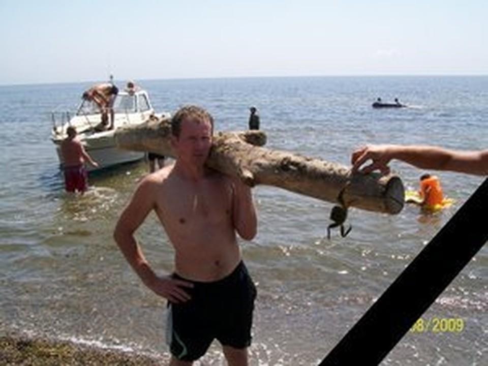 У старшины милиции Алексея Карасева остались жена и двое детей.