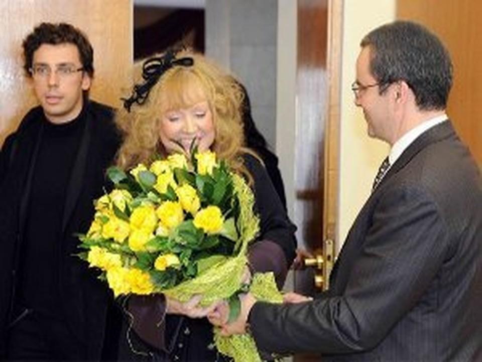 Губернатор преподнес Примадонне цветы