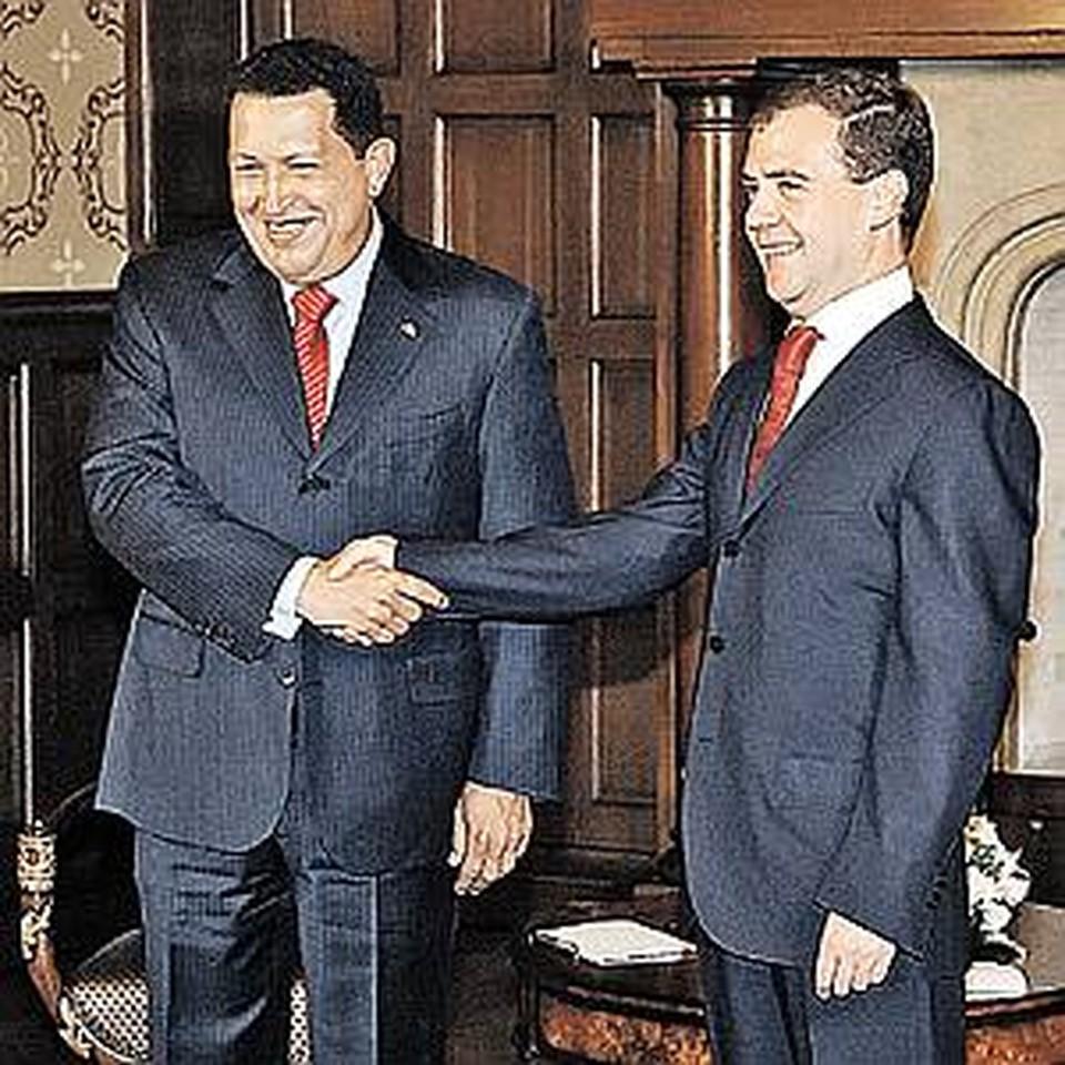 Чавес приехал познакомиться с Медведевым и заключить контракты на покупку наших подлодок и ракетных комплексов.