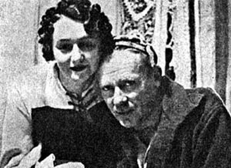 Елена Сергеевна любила, когда Булгаков надевал шапочку Мастера.