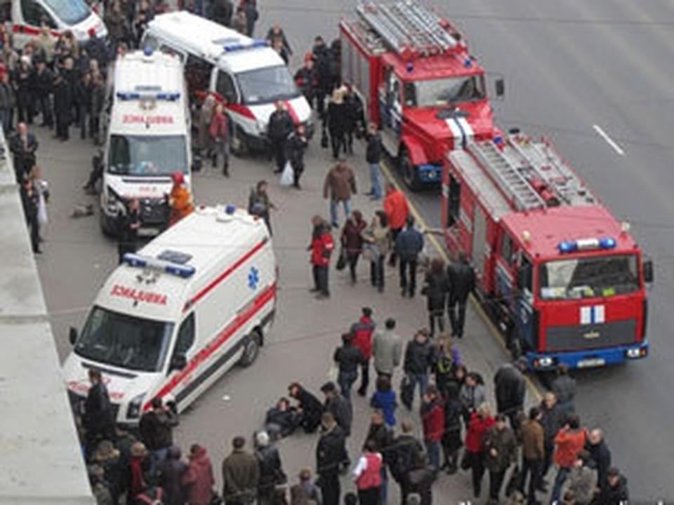 Из метро начали выносить тела погибших