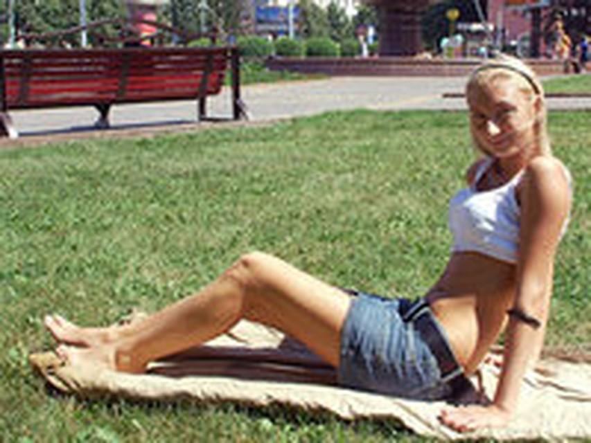 devushka-golishom-gulyaet-po-gorodu-v-zharkoy-strane-foto