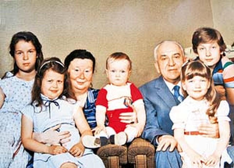 Виктор Гришин вместе с супругой Ириной Михайловной и внуками. 1980-е годы.