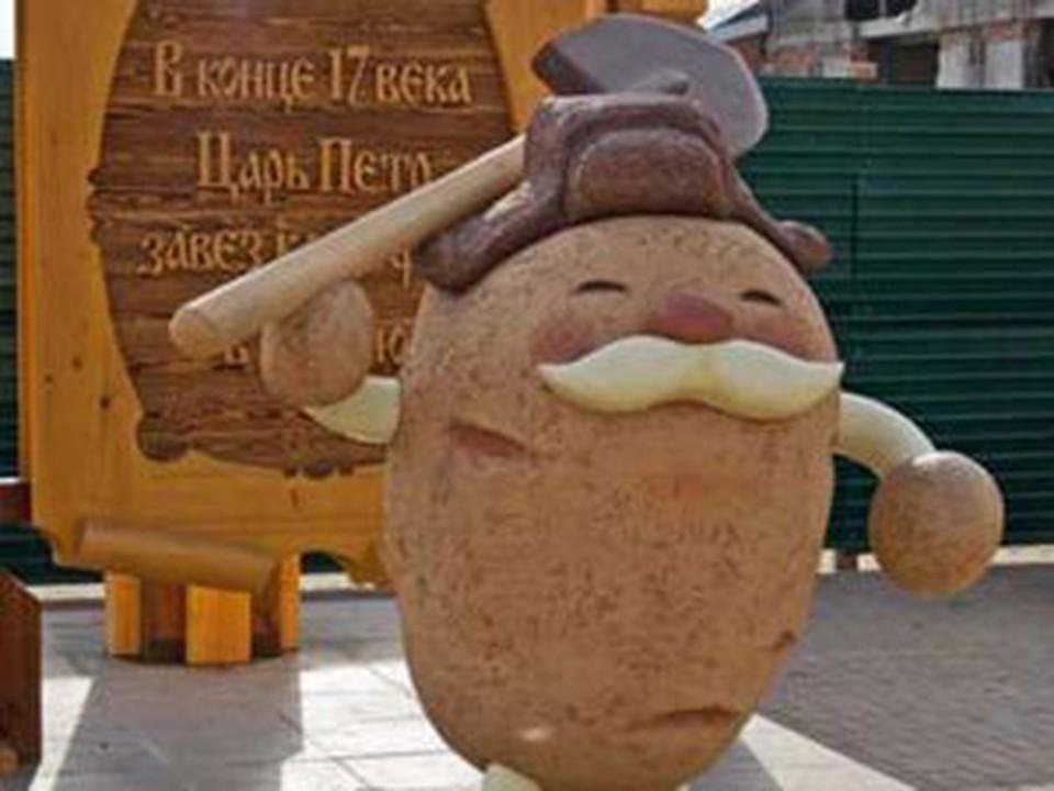 """На трассе М-53 """"Иркутск-Красноярск"""" поставили памятник картошке. Фото с сайта agroru.com"""