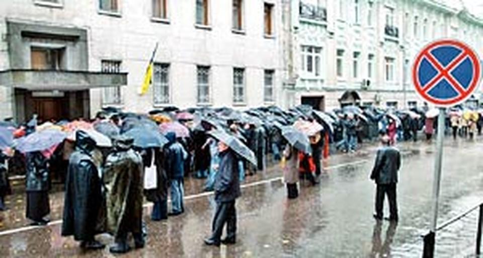 К открытию избирательного участка № 77 в Леонтьевском переулке собралась очередь в несколько сот человек.
