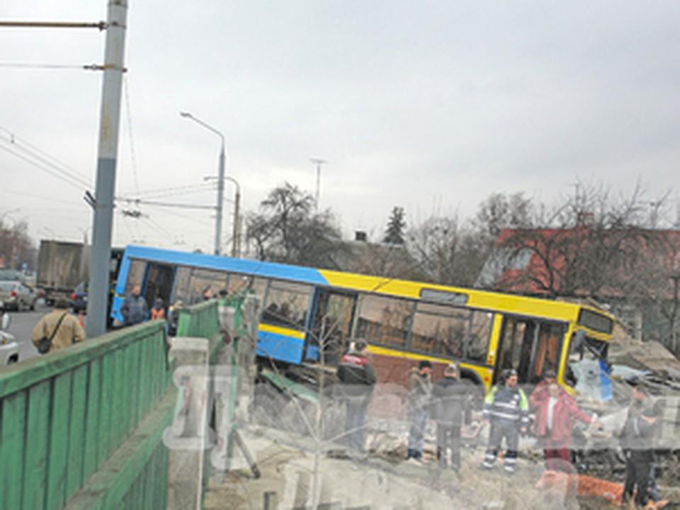 Водителю стало плохо, и автобус потерял управление