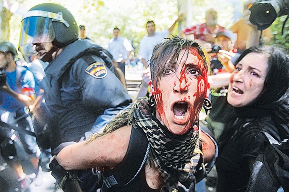 В Мадриде полиция с манифестантами  не церемонилась. Согласитесь, в Москве на акциях протеста таких сцен, слава богу, не было.