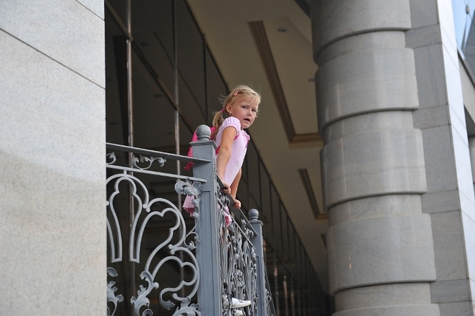 В тольятти рухнул балкон с ребенком.