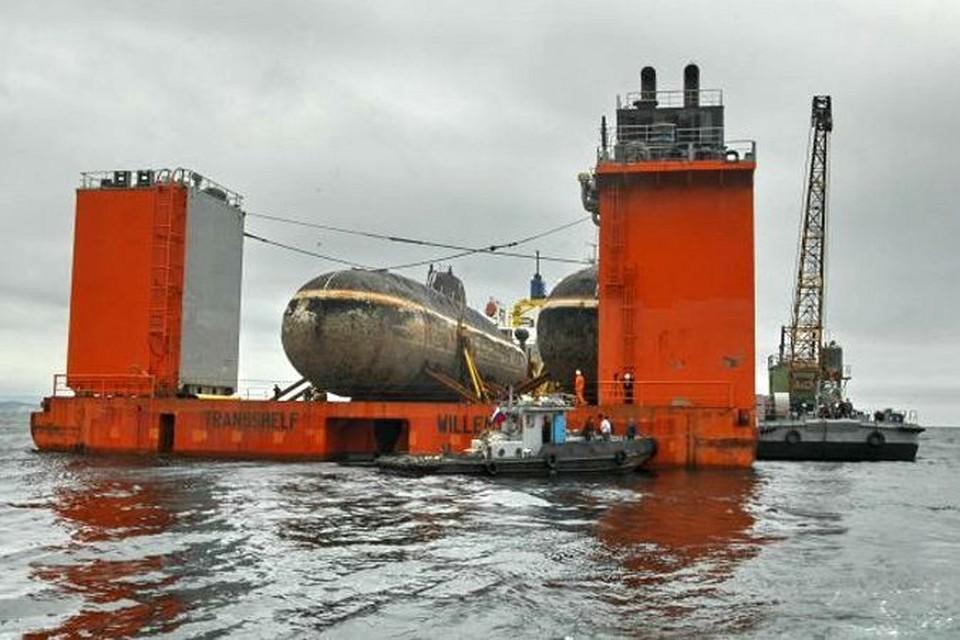 Транспортировка атомной подлодки. Кажется, что в последний путь субмарину провожает целый плавучий город.