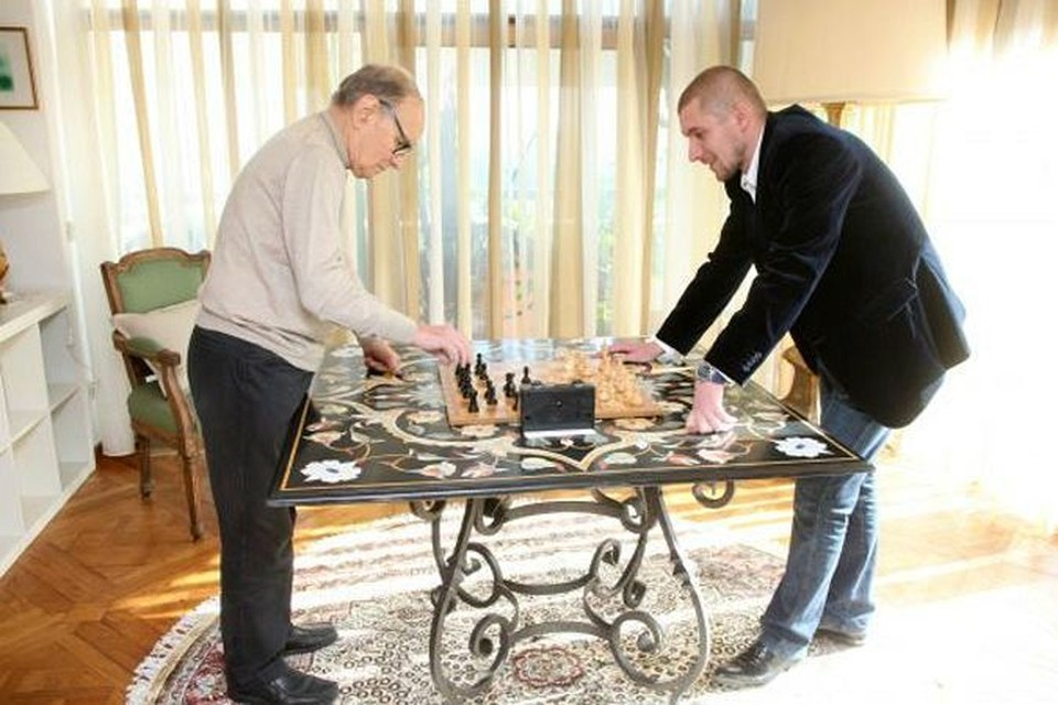 Эннио Морриконе очень уважает шахматы. Сеанс игры с продюсером его гастролей Артуром Шачневым.