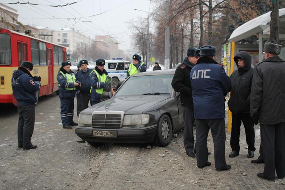 «Мерседес» пролетел через тротуар и замер на остановке общественного транспорта