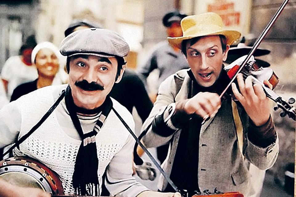 Николай Аверюшкин (справа) заявил режиссеру, что умеет играть на музыкальных инструментах. Как оказалось, приврал ради получения роли. Пришлось учиться во время съемок.