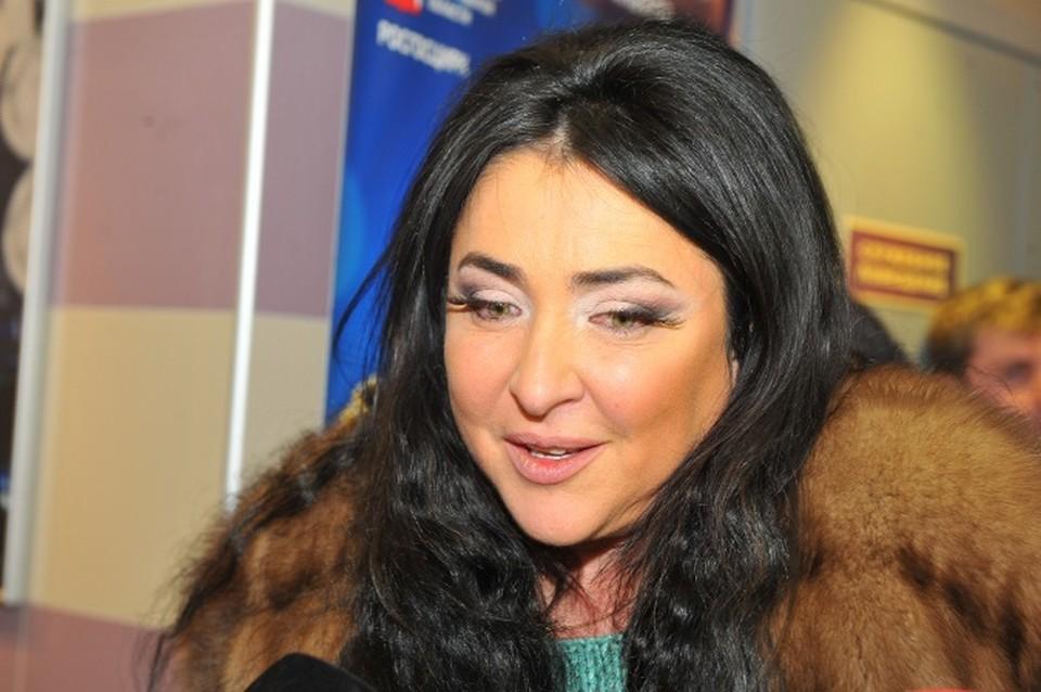 """Около года назад артистка отказалась платить бешеные деньги за содержанине дома, которые ей """"выставило"""" ТСЖ, и оказалась должна около 400 000 рублей."""