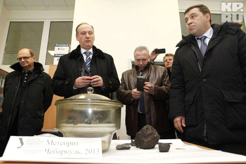 Николай Патрушев (слева)с любопытством разглядывал самый большой фрагмент метеорита, найденнный туристкой из Екатеринбурга.