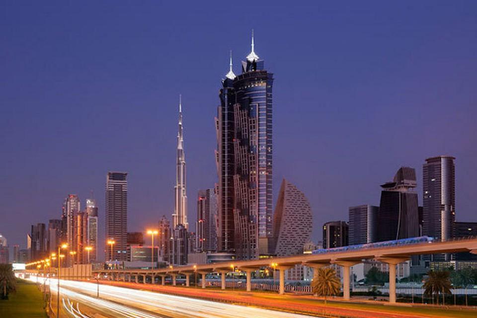 В Дубае установлен новый рекорд: открывшийся в среду отель JW Marriott Marquis стал самым высоким в мире. Высота гостиницы составляет 355 метров. Впечатляет и стиль здания: две башни гостиницы напоминают финиковые пальмы.