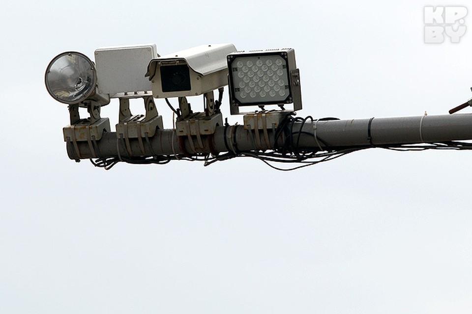 """Эти камеры на перекрестке Платонова и Козлова ловят """"летчиков"""", фиксируют разговор по мобильнику и не пристегнутый ремень."""