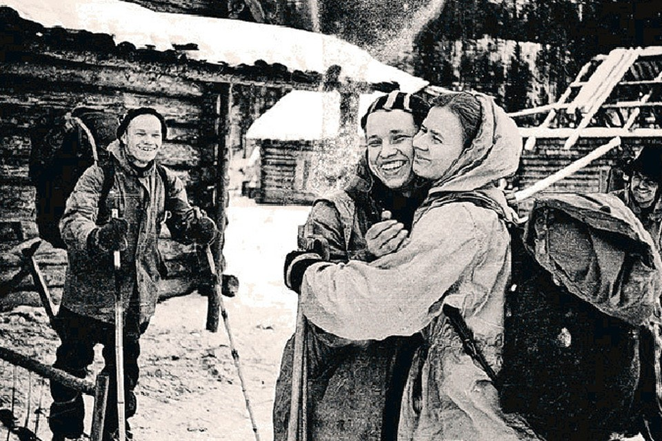 Заболевший Юрий Юдин обнимается с Людмилой Дубининой на прощание. Больше они никогда не увидятся.
