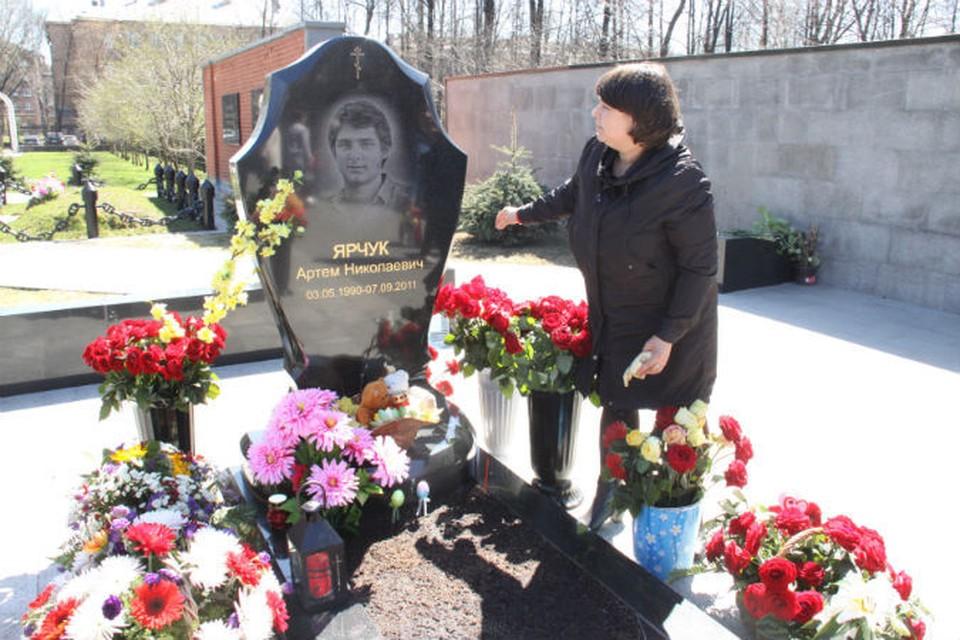Мама Артема Ярчука только успевает наводить порядок на могиле сына.