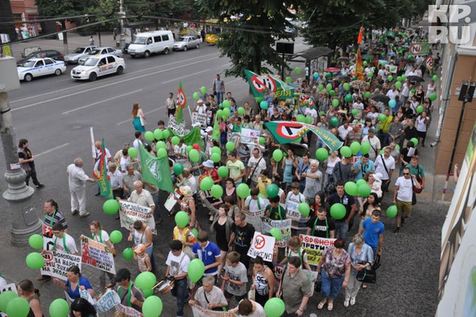 В Воронеже продолжаются митинги протеста: 12 июня состоялось шествие по проспекту Революции.