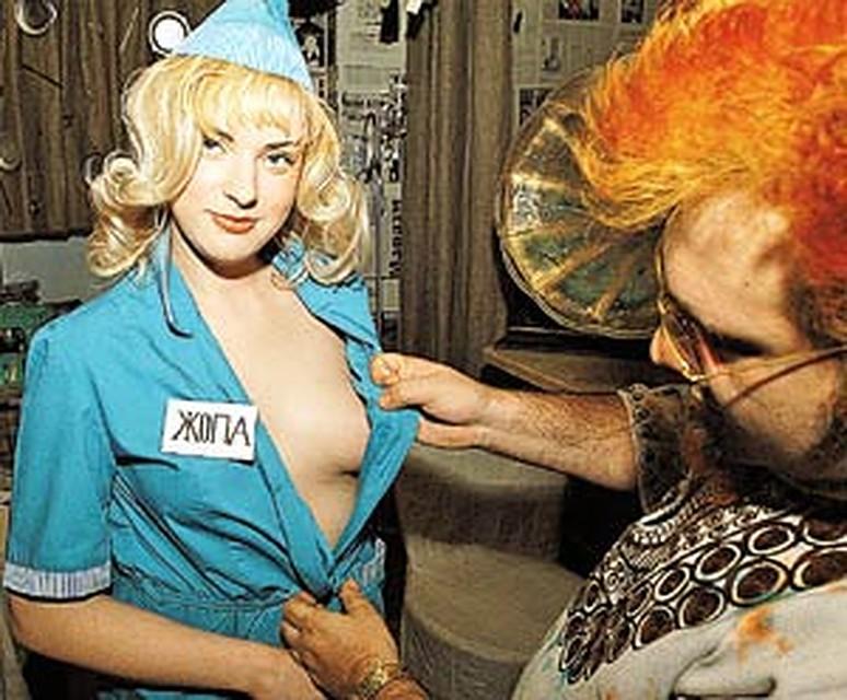 Два мужика и блондинка носит их на спине по очереди — photo 1
