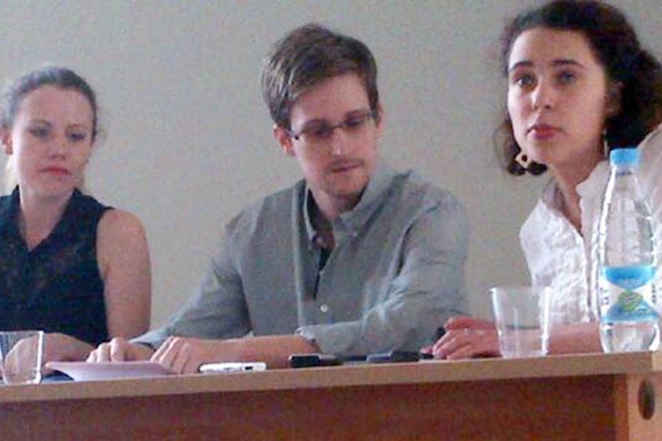 """Эдвард Сноуден уже три недели живет в транзитной зоне """"Шереметьево"""""""