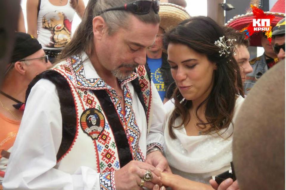 Мэри Хилл была одета в короткое белое платье, расшитое узорами из серебристых камней, без фаты и с распущенными волосами. А вот в качестве наряда жених Шон Карр выбрал украинский национальный костюм.