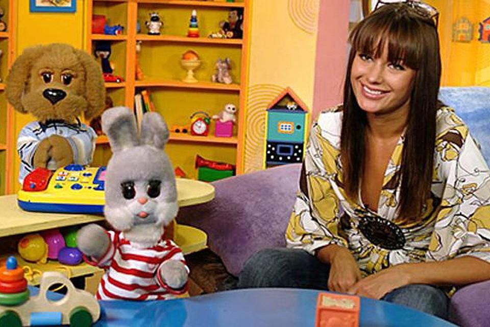 Одна из самых красивых ведущих передачи - Оксана Федорова.